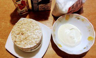 Шаг 1: Для приготовления торта возьмите: хлебцы, сметану, кокосовую стружку, какао-порошок, кленовый сироп.