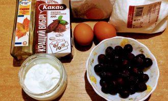 Шаг 1: Для приготовления торта возьмите: муку овсяную, яйца, кокосовую стружку, вишни, какао-порошок, сметану, кленовый сироп.