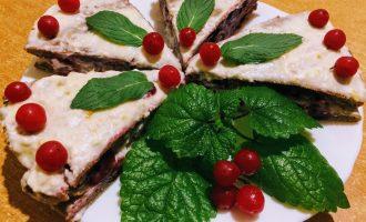 Шаг 10: Торт можно украсить свежей мятой и ягодами.