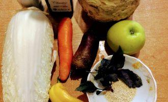 Шаг 1: Для приготовления салата возьмите: сельдерей, свеклу, морковь, яблоко, пекинскую капусту, болгарский перец, базилик, кунжут, оливковое масло, соль по вкусу.