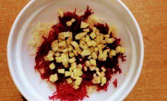 Шаг 4: Яблоко помойте, очистите. порежьте кубиками и высыпьте в тарелку.