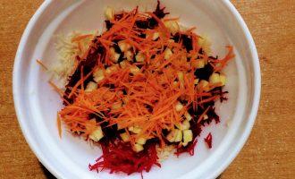Шаг 5: Морковь помойте, очистите от кожуры и натрите на мелкой терке. Добавьте в салат.