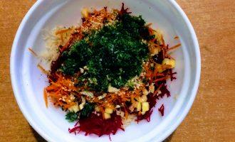Шаг 9: Укроп помойте, мелко порубите и высыпьте в салат.
