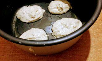Шаг 6: Форму смажьте оливковым маслом и аккуратно ложкой выложите тесто, сформировав сырники.