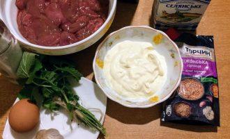 Шаг 1: Для приготовления данного торта возьмите: куринную печень, яйцо, молоко,  муку овсяную, чеснок,  сметану, горчицу в зернах, укроп, базилик, масло оливковое для жарки и соль по вкусу.
