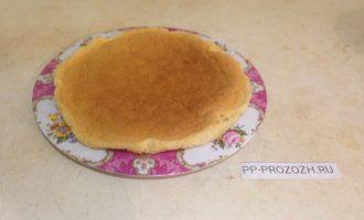 Шаг 4: Проделайте такие же манипуляции со светлым бисквитом. Тесто приготовьте так же, как и для первого бисквита, но без использования какао.