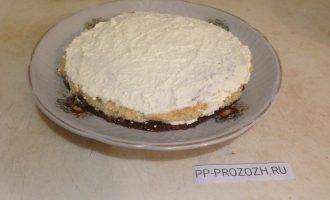 Шаг 6: Соберите торт: нижний шоколадный слой смажьте половиной крема. Выложите светлый слой и смажьте остальным кремом.  Украсьте по желанию.