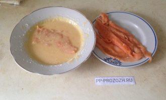 Шаг 2: Пол яйца смешайте с 13 гр. муки и щепоткой соли. Кусочки рыбы обмакните в полученном кляре и обжарьте на сковородке с небольшим количеством оливкового масла.