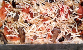 Шаг 4: Затем выложите порезанный помидор. Посыпьте оставшимся тертым сыром. Можно добавить специи по вкусу.
