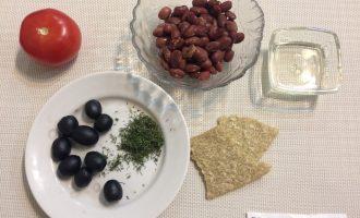 Шаг 1: Приготовьте ингредиенты. Слейте жидкость из банки с фасолью. Вымойте помидор.