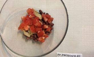 Шаг 3: Нарежьте помидор, добавьте в миску. Поломайте хлебцы на небольшие ломтики и добавьте в миску.