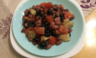 Вегетарианский салат с фасолью консервированной