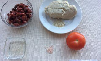 Шаг 1: Приготовьте ингредиенты. Заранее отварите куриное филе и остудите. Слейте жидкость из банки с консервированной фасолью. Вымойте помидор.