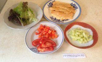 Шаг 3: Овощи помойте и нарежьте на небольшие кусочки. Салат помойте и стряхните с него воду. Рыбу промокните бумажным полотенцем, чтобы убрать лишний жир.