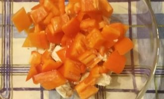 Шаг 3: Болгарский перец нарежьте кубиком.