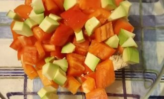 Шаг 4: Добавьте авокадо и сразу полейтелимонным соком.