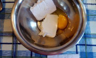 Шаг 2: Творог перемешайте с яйцом.