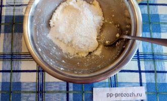 Шаг 4: Добавьте рисовую муку и кокосовую стружку (половину).