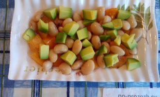 Шаг 4: Нарежьте авокадо кубиком и полейте обильно лимонным соком.