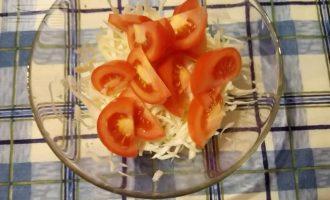Шаг 4: Нарежьте помидор дольками.