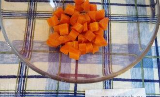 Шаг 2: Морковь очистите и нарежьте кубиком.