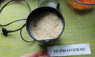 Шаг 3: Затем кунжут смолите в кофемолке импульсным методом, оставив немного семян для украшения.