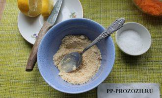 Шаг 4: К измельченному кунжуту добавьте лимонный сок и масло.