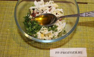 Шаг 6: Заправьте маслом и солью.