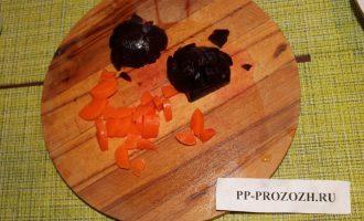 Шаг 4: Свеклу и морковь порежьте кубиками.