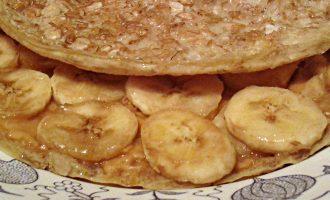 Овсяноблин с арахисовой пастой и бананом