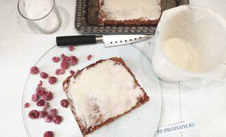 Шаг 8: Теперь самая приятная часть - украшение вашего тортика. Получившийся корж разрежьте пополам, пропитайте их помадкой, для украшения используйте оставшуюся часть вашей кокосовой стружки и любые фрукты или ягоды!