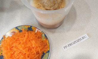 Шаг 3: Взбейте яйца, после добавьте в ёмкость с финиками, измельчите их при помощи блендера. Затем добавьте тертую морковь и тщательно перемешайте все.