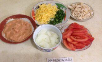 Шаг 3: Натрите на терке сыр, порежьте мясо, помидор, лук и петрушку. Сделайте соус:  смешайте сметану с томатом.