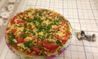Шаг 6: Достаньте пиццу из духовки, переложите на блюдо, посыпьте зеленью петрушки. Пицца готова. Есть ее нужно горячей.