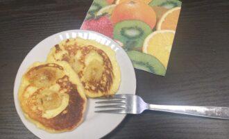 Шаг 7: Выложите готовые сырнички на красивую тарелку и с наслаждением кушайте. Не забудьте сервировать стол!