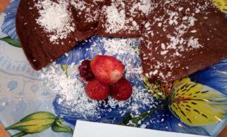 Шаг 5: Когда время выйдет, дайте брауни немного остыть, затем достаньте, положите на тарелку, посыпьте кокосовой стружкой. Можно добавить ягоды для украшения. Приятного аппетита!