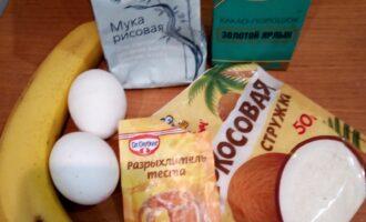 Шаг 1: Подготовьте продукты. Банан очистите от кожуры, порежьте на небольшие кусочки.