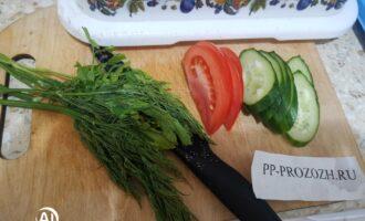 Шаг 4: В это время нарежьте овощи и зелень.