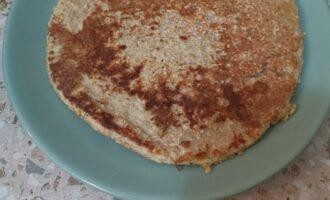 Шаг 5: Выложите готовый блин на тарелку.