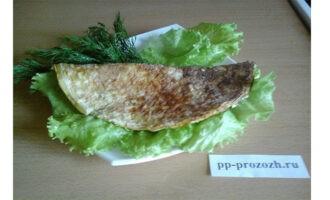 Шаг 9: Переложите готовый Овсяноблин на блюдо, украсьте веточками укропа и листочками салата. Ваше блюдо готово. Приятного аппетита!