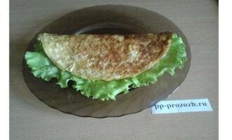 Шаг 8: Поверх всех продуктов выложите листья зеленого салата и накройте второй половиной блина.
