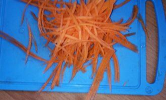 Шаг 4: Морковь натрите на тёрке для корейской моркови.
