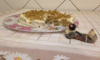 Шаг 9: Выньте торт из холодильника, верх присыпьте крошками от обрезков коржа.  Подавайте на стол.