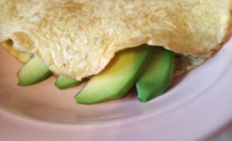 Шаг 5: Следом авокадо и накройте второй половинкой.