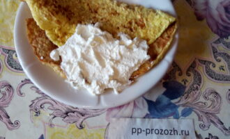Шаг 5: На остывший овсяноблин намажьте творожный сыр.