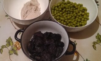 Шаг 1: Вам потребуются куриная грудка, чернослив и консервированный зеленый горошек. Для удобства все ингредиенты разложите в разные чашечки, чтобы было удобно использовать.