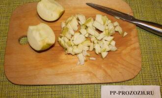 Шаг 6: Яблоко порежьте мелко и уложите в форму.