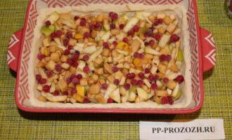 Шаг 7: Полейте 1 ст.л. меда. Сверху уложите ягоды смородины.