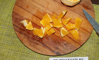 Шаг 2: Апельсин очистите от кожуры и нарежьте крупно.