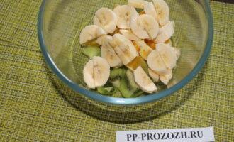 Шаг 5: Сложите фрукты в миску.